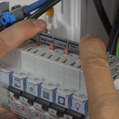 LEGRAND Peigne d'alimentation électrique universel Phase Neutre 13 modules - 404926